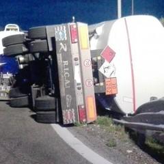 Si ribalta rimorchio di camion di cisterna su A/14