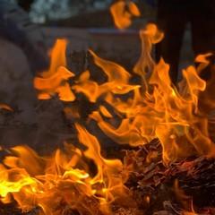 Il tradizionale fuoco ha accolto all'alba i fedeli per la festa di Santa Lucia