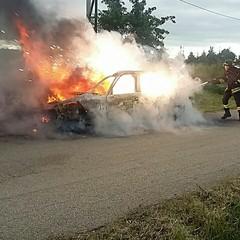 Prende fuoco autovettura: illeso un uomo che si trovava alla guida
