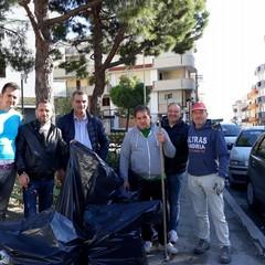 cittadini che hanno ripulito le aiuole di piazzale Colasanto