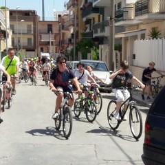 biciclettata attraversa il quartiere della SS. Trinità