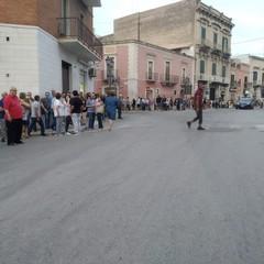 folla presente nei pressi di piazza Umberto I