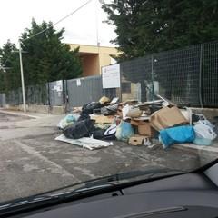 rifiuti davanti all'isola ecologica
