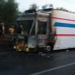 A fuoco furgone destinato alla vendita di alimenti sull' Andria Bisceglie