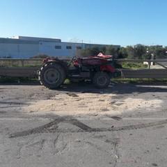 trattore ribaltato sulla strada tangenziale