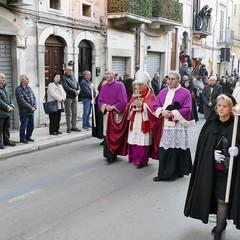 Nel venerdì di Passione gli sguardi  dei fedeli hanno toccato le sacre immagini