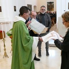 """Don Geremia Acri consegna il """"Grembiule del Servizio"""""""