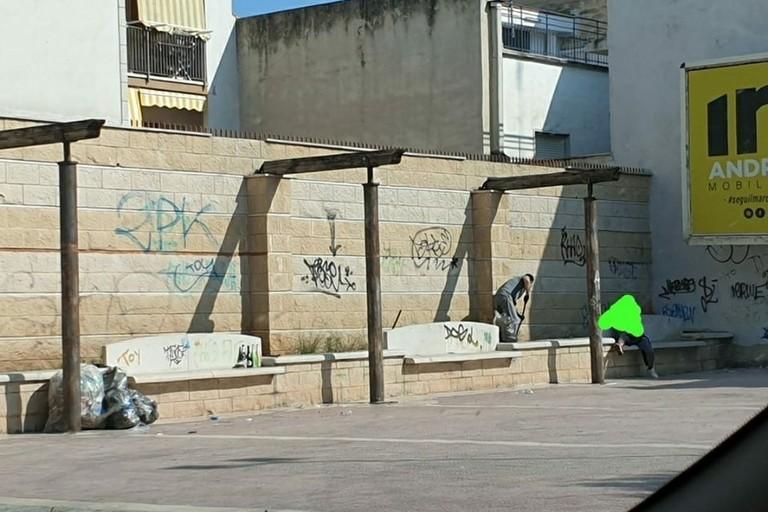 ripulite le panchine di via Manara
