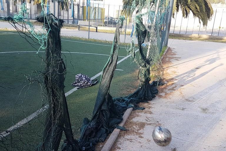Degrado del campo di calcetto comunale. <span>Foto Riccardo Di Pietro</span>