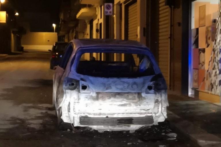 Auto in fiamme in via Ernandez della Torres