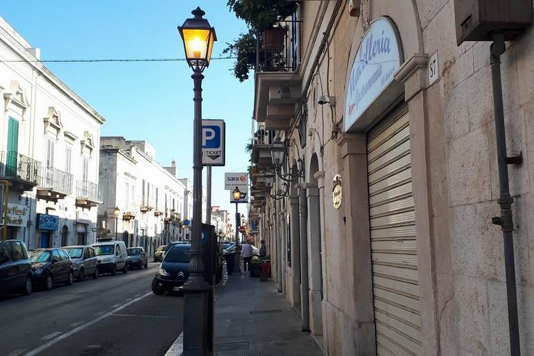 Lampioni accesi in via Ferrucci di mattina
