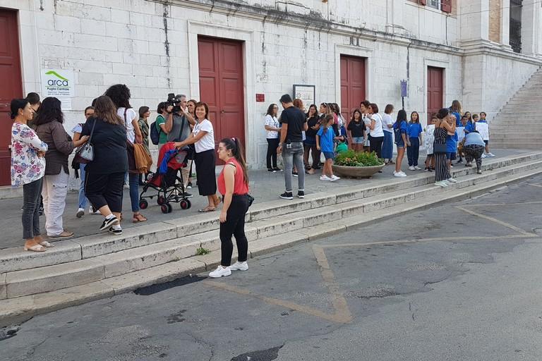Piscina comunale chiusa, protestano i cittadini