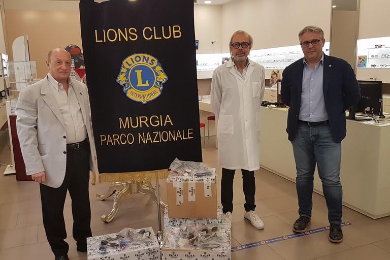 Consegna degli occhiali usati al Lions Club Specialty Murgia Parco Nazionale. <span>Foto Antonio D'Oria</span>