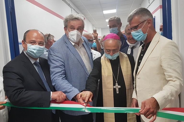 Il momento dell'inaugurazione con Emiliano, Delle Donne e Mons. Mansi. <span>Foto Antonio D'Oria</span>