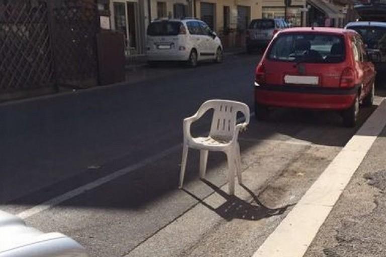 parcheggio con sedia