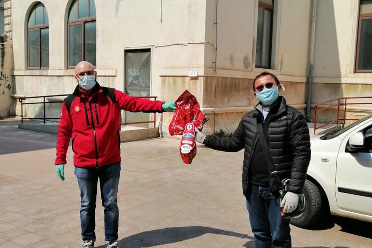 da sx Veneziano,presidente della Croce Rossa di Andria con don Michelangelo Tondolo