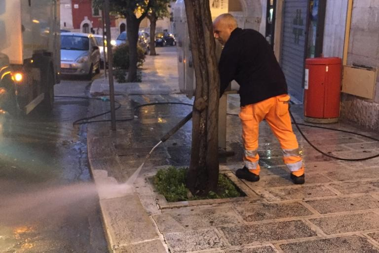 Intervento di ripulitura per parte di corso Cavour, via Martiti di Cefalonia e piazza Municipio