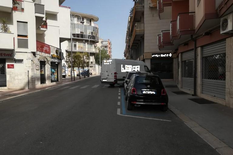 parcheggio selvaggio sulle strisce pedonali
