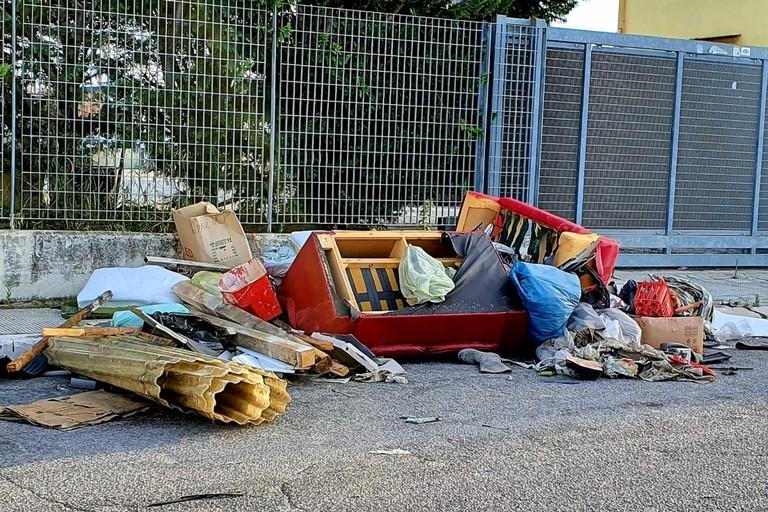 rifiuti abbandonati davanti all'isola ecologica di via Stazio