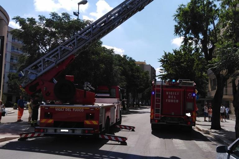 Cade nella sua abitazione e si rompe il femore: 88enne salvata da Vigili del fuoco e Polizia Locale