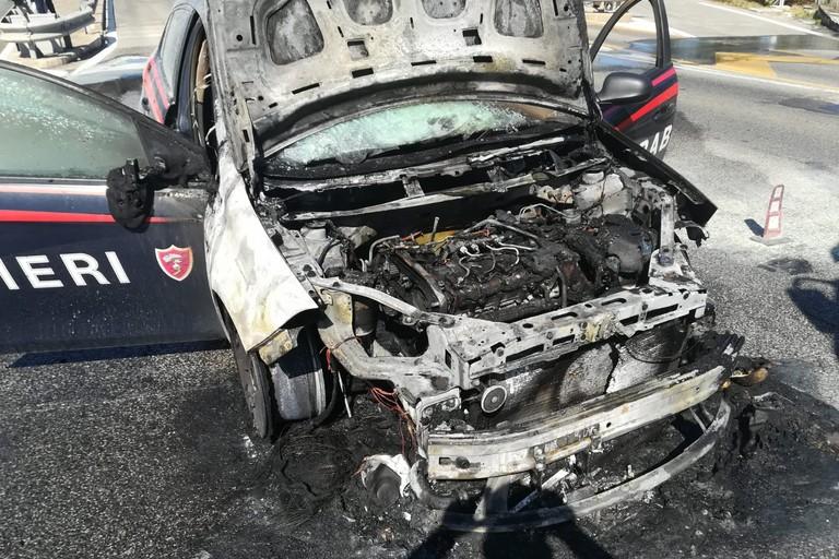 Auto dei carabinieri prende fuoco per corto circuito