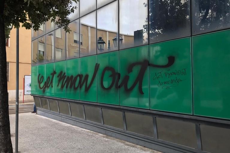muro imbrattato da scritte spray