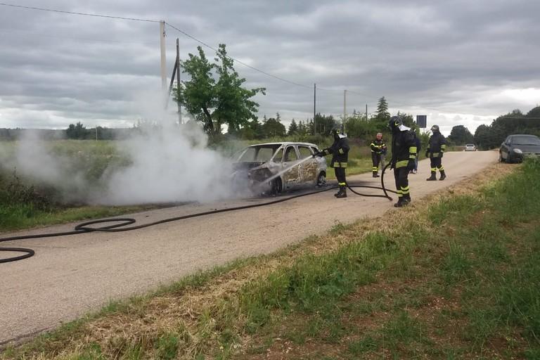 auto prende fuoco in contrada Posta di Grotte