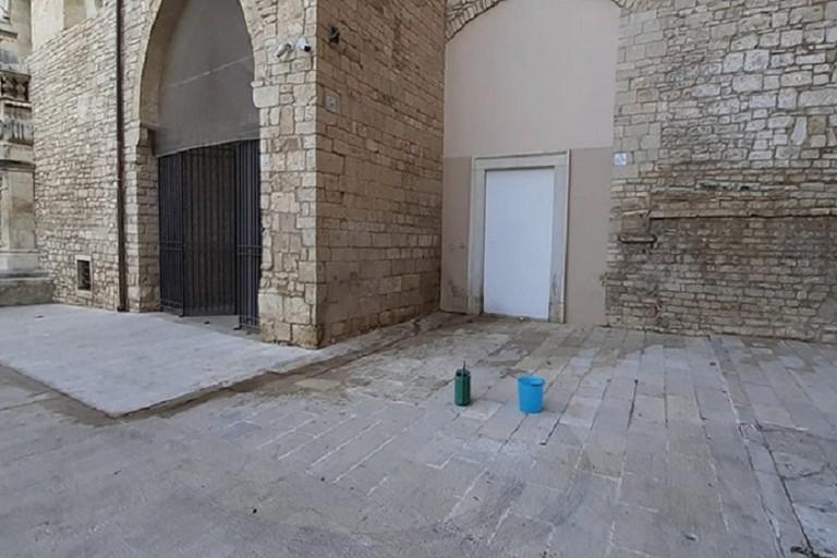 degrado lungo il muro della Cattedrale di Andria