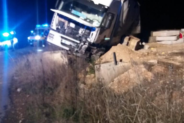 Sfonda le barriere della deviazione sull'Andria Canosa di Puglia: Tir fuoristrada illeso il conducente