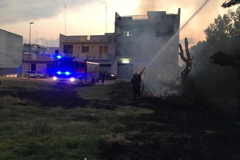 incendio lambisce la scuola elementare