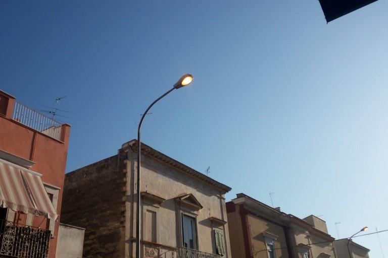 luci stradali sempre accese, giorno e notte, in via Santa Maria dei Miracoli