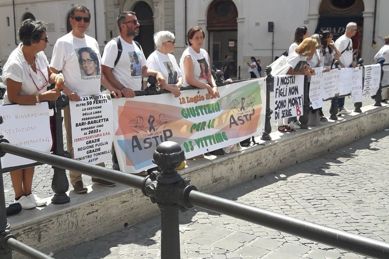 Manifestazione a Roma familiari strage ferroviaria