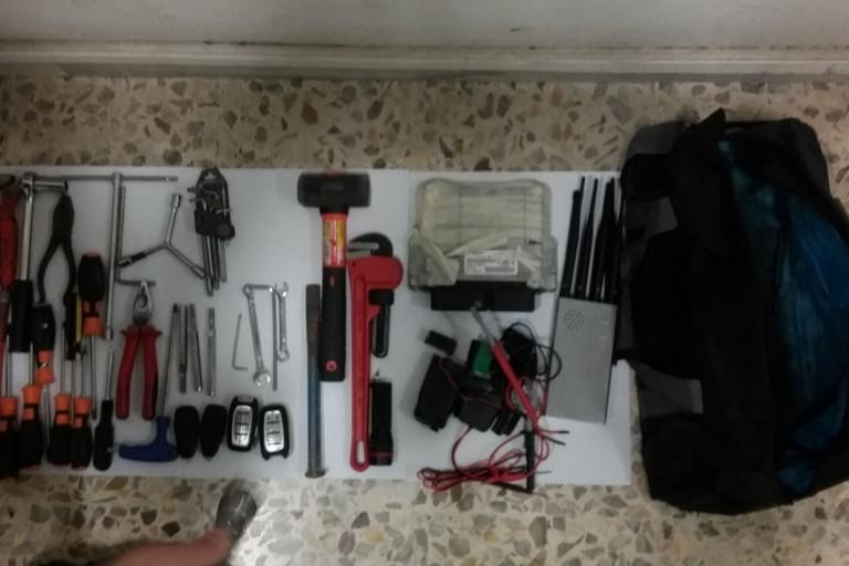 attrezzi dei malviventi recuperati dai carabinieri