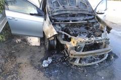 Incendio di un'autovettura sulla strada tangenziale: intervento VV.F. e Polizia Locale