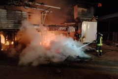 Incendio in una ditta di lavorazione sansa: in fumo cataste di pedane in legno