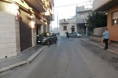 Auto sfonda portone di un condominio: contuso il conducente