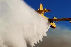 Oltre 350 ettari di pascolo e semi arborato in fumo: intervento di un canadair della Protezione civile