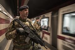 """""""Strade sicure"""": militari del 9° RGT """"Bari"""" bloccano a Roma un ladro"""