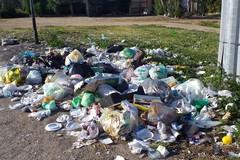 Il borgo di Troianelli invaso da rifiuti