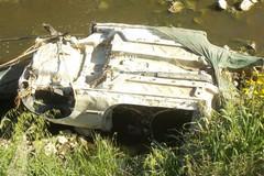 Due scocche d'auto rinvenute dai Federiciani nel canale Ciappetta Camaggio
