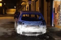Auto in fiamme in via Ernandez della Torre: sul posto Vigili del Fuoco e Polizia di Stato