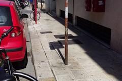 Pericolo di cadute per i marciapiedi sconnessi in via Bovio