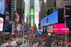 Le immagini del Castel del Monte proiettate sui maxi schermi di New York