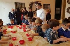 """Piccoli cuochi crescono: gli alunni della scuola """"Oberdan"""" preparano i tradizionali dolci di Natale"""