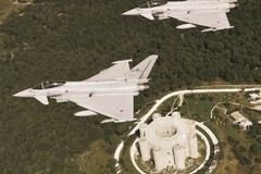 Aeronautica Militare: due caccia Eurofighter in volo su Castel del Monte