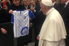 La Fidelis abbraccia Papa Francesco