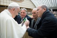 """L'olio """"senza sbarre"""" tra le mani di Papa Francesco"""