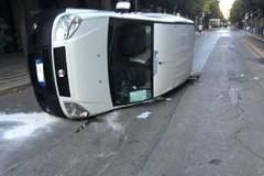 Incidente tra corso Cavour e via Torino: furgone si cappotta
