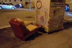 Rifiuti ingombranti lasciati ovunque: abbandonata una poltrona in via Capuana