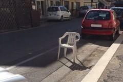 Garantirsi il posto auto con sedie e carrelli è vietato?